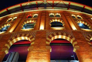 De arena in Barcelona bij nacht.