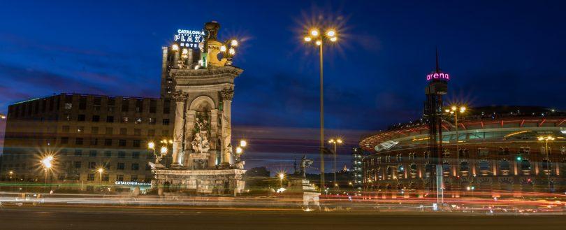 Barcelona bij nacht fotos