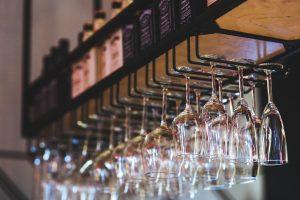 hangende wijnglazen