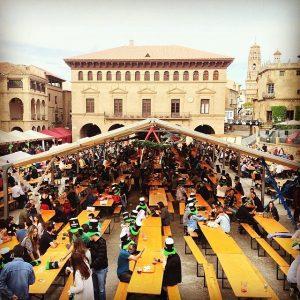 rijen met tafels en banken in poble espanyol barcelona
