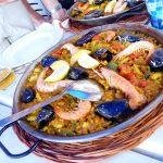 zeevruchten paella in schaal op tafel