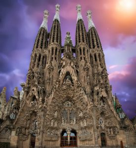 voorgevel sagrada familia tegen paarse lucht