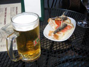 Gratis tapas eten in Barcelona.