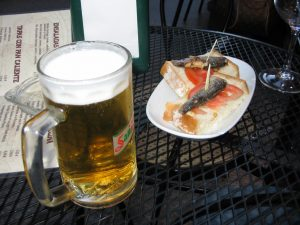 tafel met biertje en tapa