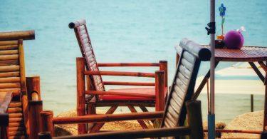 eenvoudige stoelen aan strand