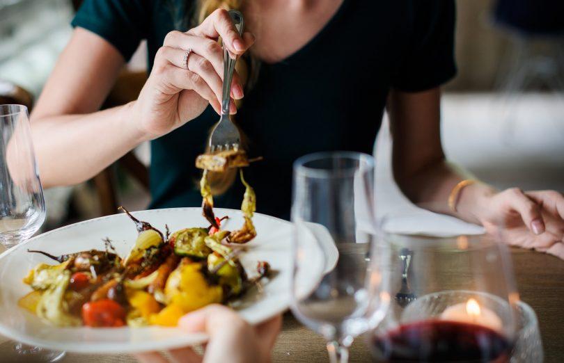 bord met geroosterde groente op tafel