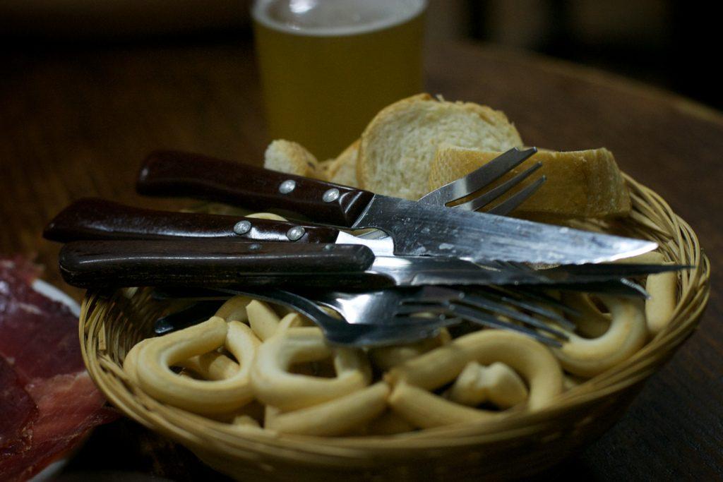 mandje met bestek en brood