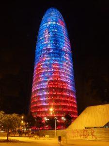 De Torre Agbar in Barcelona bij nacht.