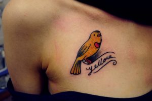 klein geel vogeltje op hals