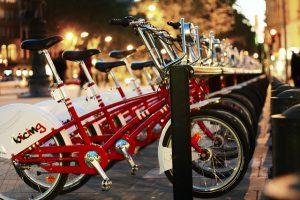 bicing fietsen in een rij bij ophaalpunt