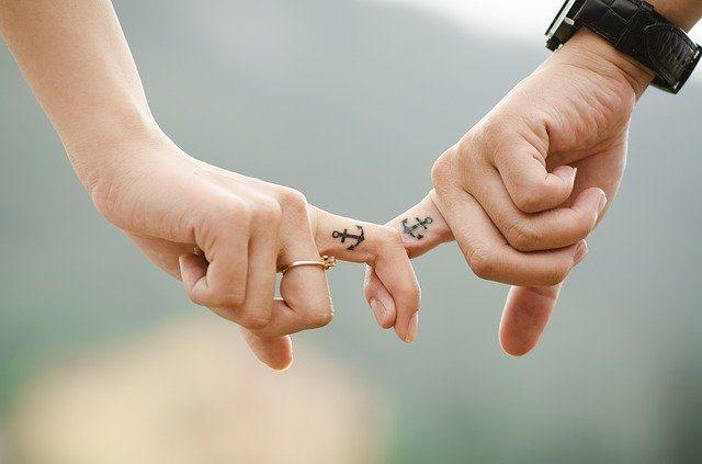 twee handen met ankers als tattoo