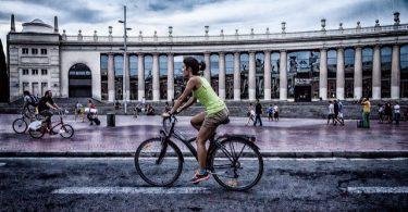 dame op fiets voor fira barcelona