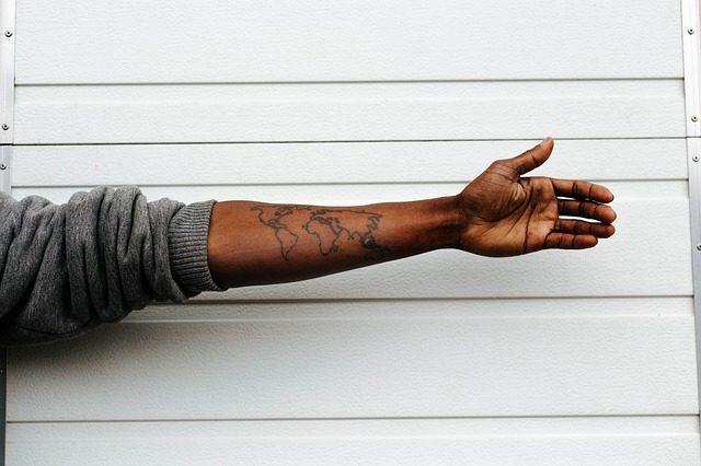 tattoo van wereldkaart op arm