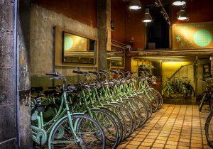 rent a bike groene fietsen op een rij