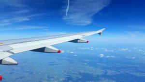 vleugel van vliegtuig in de lucht