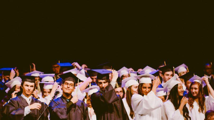 afstuderende studenten in zwart en wit gekleed