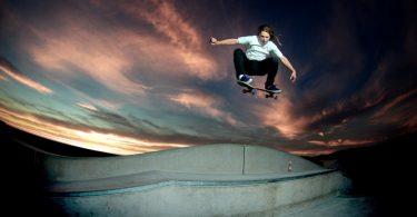skater bij lucht van ondergaande zon