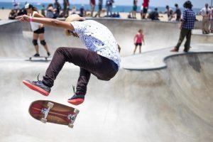 skater bij skatepark in barcelona