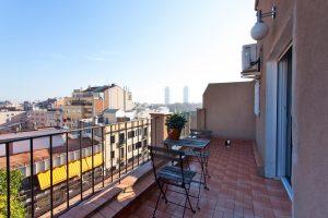 terras bij appartement met in de verte mapfre torens