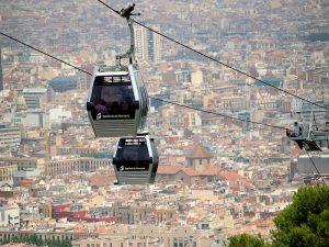 kabelbaan met stad barcelona op achtergrond