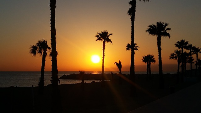 ondergaande zon strand poblenou