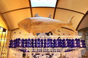 uit hout gesneden vis als decoratie