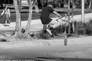 skatepark in poblenou met jongen op stepje