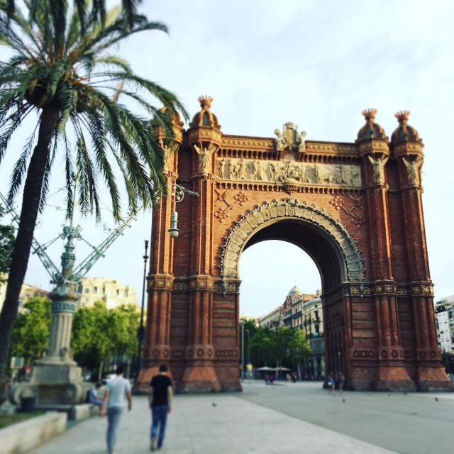 Una linda fotografa del Arco de triunfo en Barcelona arcodetriunfobarcelonabcnigersigersbcncatalunyaspainespaavisitspainbcnloversbarcelonagramigerscatalunyabarcelonacitybarcelonalifephotoofthedaylikeit