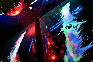 discobal in het donker met neon spetters