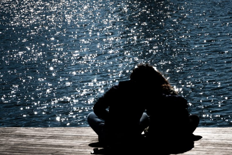 silhouette twee mensen op dek aan water