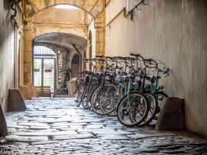 steegje met groene fietsen