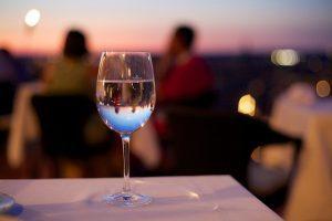 glas wijn op tafel met mensen op achtergrond