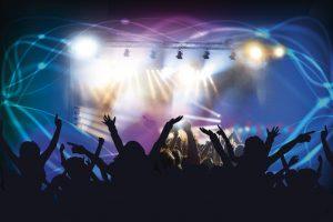 discotheek met blauw-groene verlichting en handen van publiek in de lucht