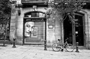 straat in wijk gotic in barcelona met bomen en geparkeerde fiets