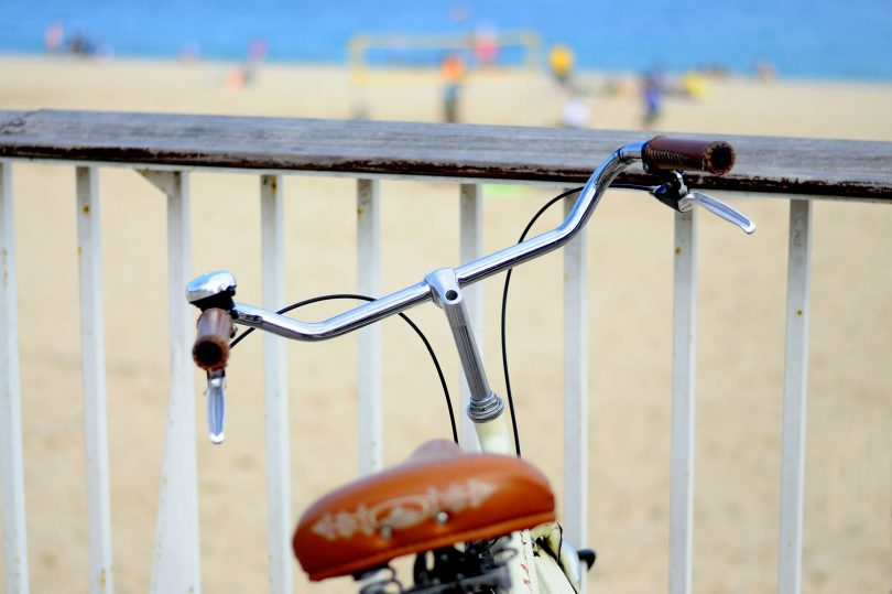 bruin zadel en rest fiets met strand op achtergrond
