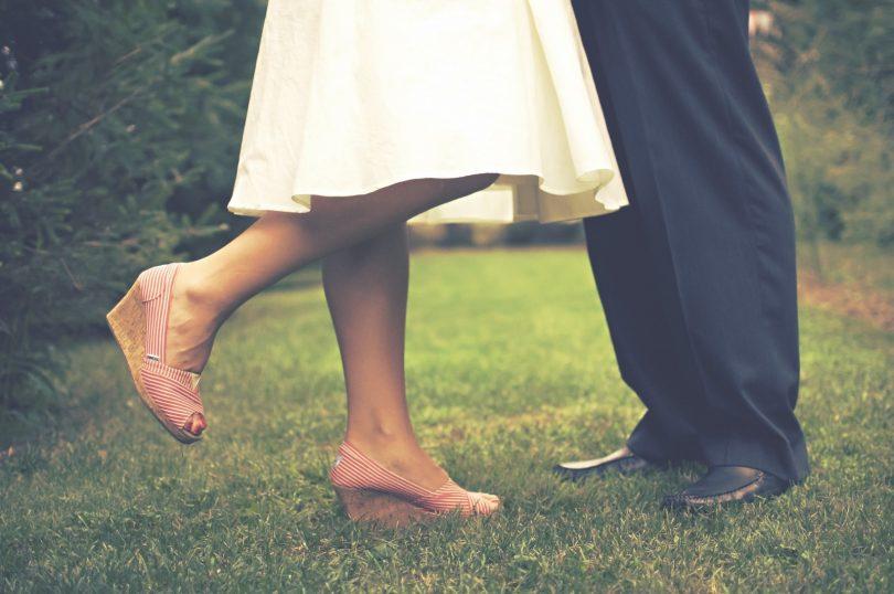 benen van man en vrouw, vrouw leunt op 1 been