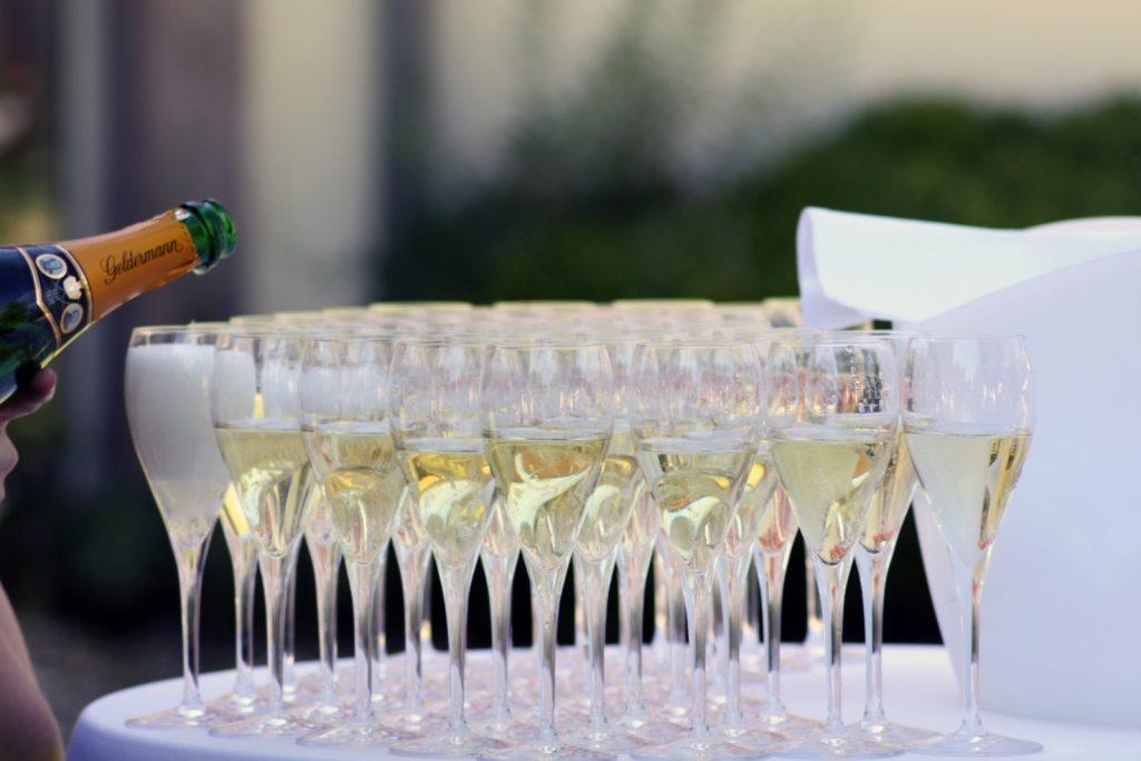 tafel met champagneglazen