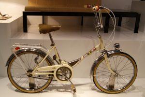 fiets in showroom met bruin zadel