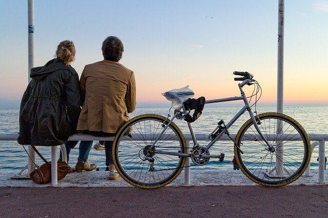 koppel met fiets aan zee