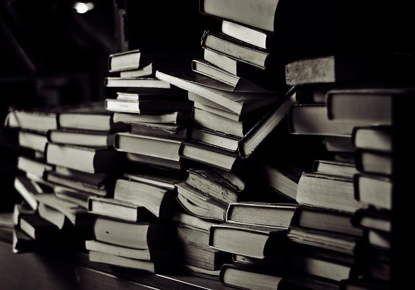 donkere foto van stapel boeken