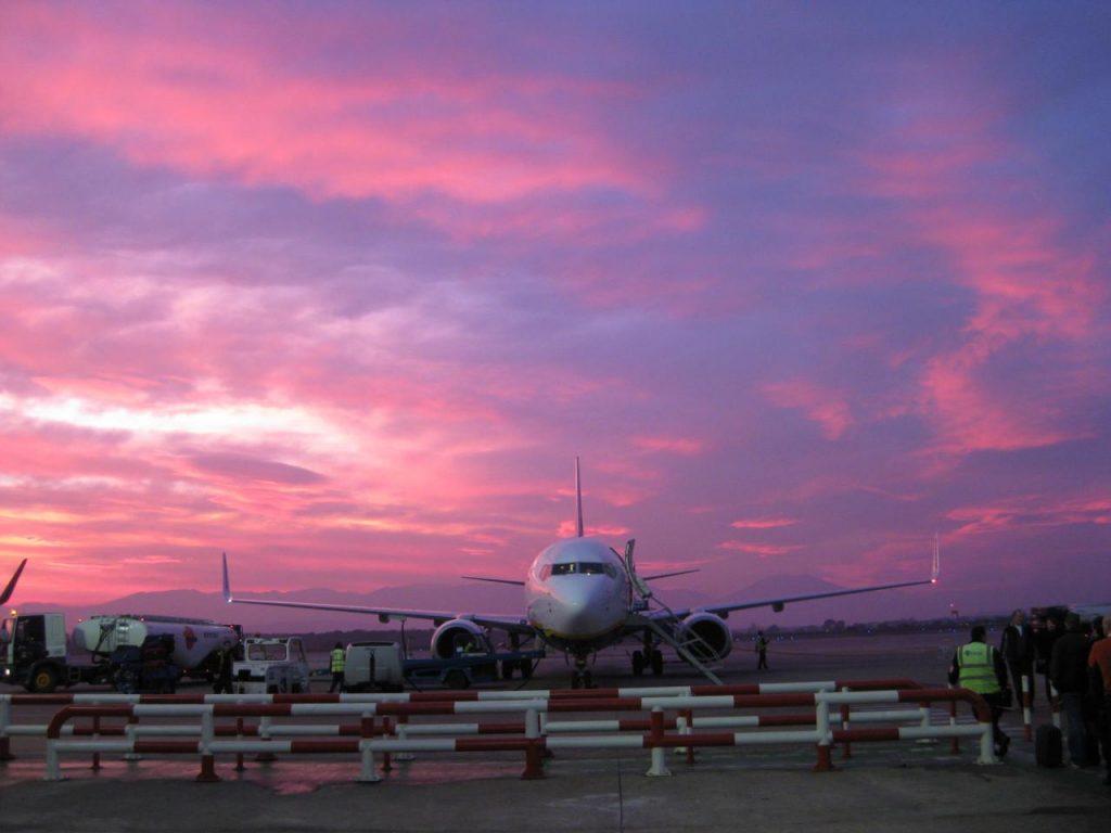 vliegtuig bij ondergaande zon