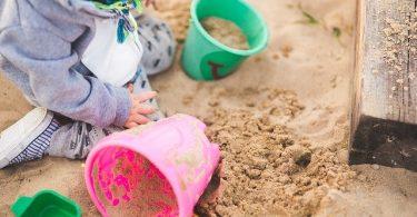 zandbak met emmertjes
