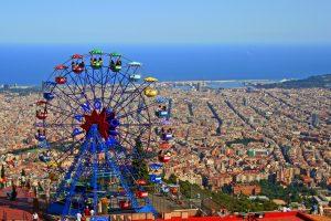 reuzenrad in tibidabo met uitzicht over barcelona
