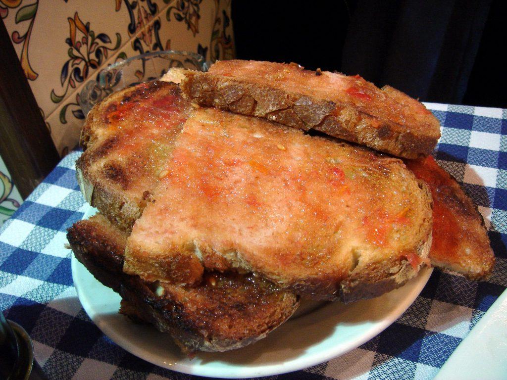 geroosterd brood met tomaat erop uitgewreven