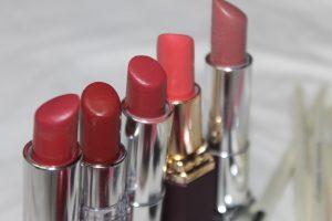 vijf rode lippenstiften