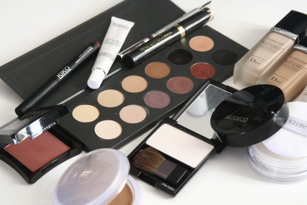 make-up met creme, poeder, oogschaduw