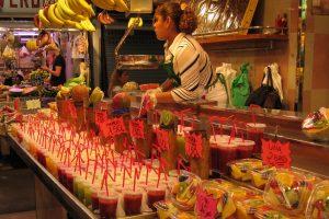 fruit en sapjes op de boqueria markt in barcelona