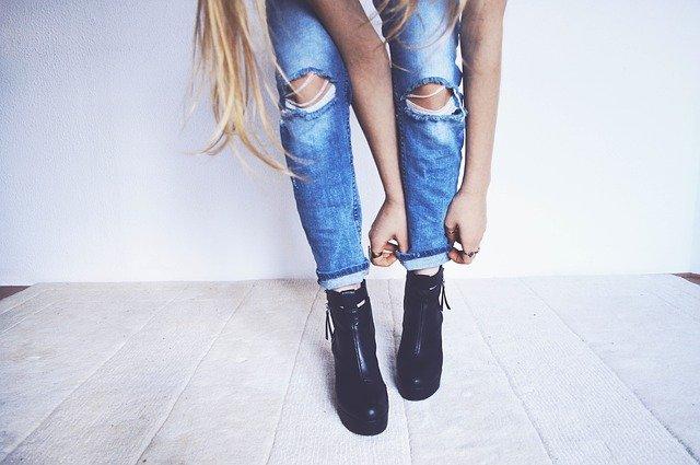 dame in spijkerbroek met zwarte schoenen