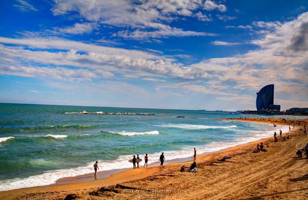 kust met surfers op het strand in barcelona