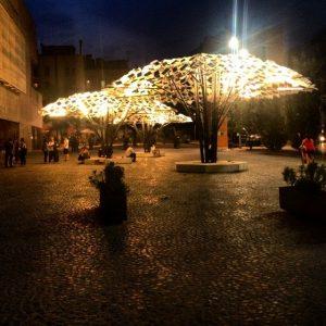 plein met verlichte parasols